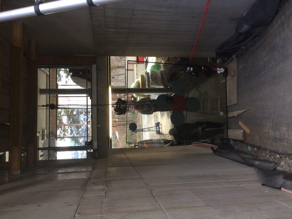 Hall in Tirol Swarovski Optik, Verglasung mit Kettenzug