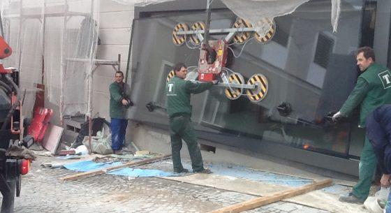 Glaserei Zischka: Montagearbeit mit Sauganlage und Kran